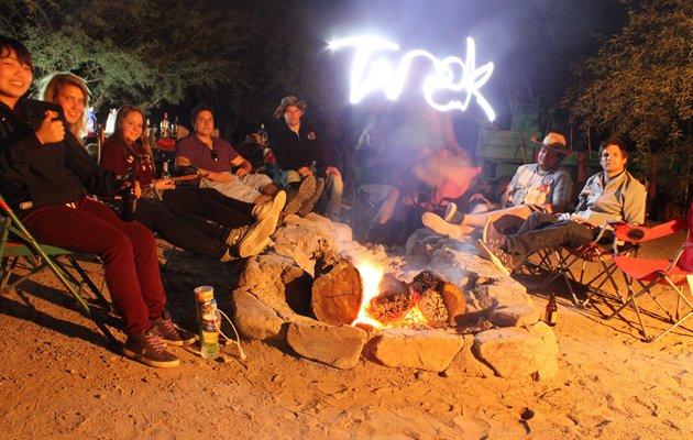 Gruppe jordomrejse med andre unge backpackere | Jysk Rejsebureau