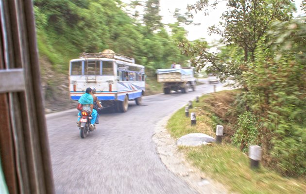 Rejs med lokaltransport, true-backpacker-style, i Nepal